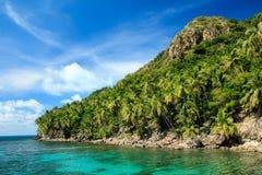 Montaña de la isla caribeña y mar hermoso fotos de archivo