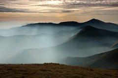 Montaña de la mañana con las ondas de la niebla Fotos de archivo