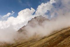 Montaña de la niebla y de la nube debajo de la niebla la mañana foto de archivo libre de regalías