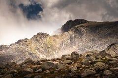 Montaña de la niebla y de la nube debajo de la niebla la mañana imagenes de archivo