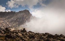 Montaña de la niebla y de la nube debajo de la niebla la mañana imágenes de archivo libres de regalías