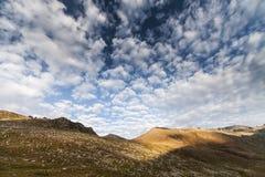 Montaña de la niebla y de la nube debajo de la niebla la mañana fotografía de archivo libre de regalías