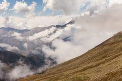 Montaña de la niebla y de la nube debajo de la niebla la mañana fotografía de archivo