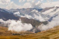 Montaña de la niebla y de la nube debajo de la niebla la mañana fotos de archivo libres de regalías