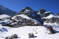 Montaña de la nieve bajo el cielo azul imagen de archivo libre de regalías