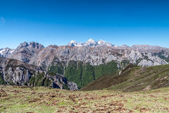 Montaña de la nieve bajo el cielo azul Fotografía de archivo libre de regalías