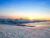Montaña de la nieve con el sol Fotografía de archivo