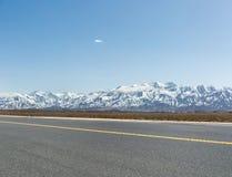 Montaña de la nieve con la carretera de asfalto vacía Fotografía de archivo