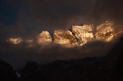 Montaña de la nieve en gloria de la salida del sol en Yubeng Fotos de archivo libres de regalías
