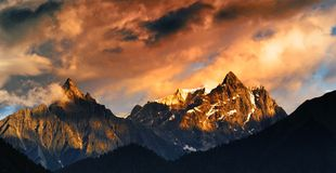 Montaña de la nieve en puesta del sol Imagen de archivo