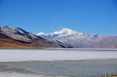 Montaña de la nieve y lago congelado Foto de archivo