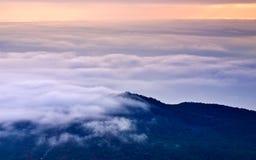 Montaña de la oscuridad y nube blanca gruesa fotos de archivo libres de regalías