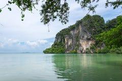 Montaña de la piedra caliza en la zona este de la playa de Railay en Krabi Foto de archivo