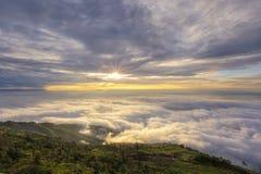 Montaña de la puesta del sol de la niebla Imágenes de archivo libres de regalías