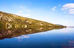 Montaña de la reflexión en el lago (Makedonia, Greec Imágenes de archivo libres de regalías
