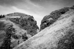 Montaña de la silla de montar blanco y negro Imagen de archivo