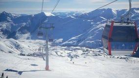 Montaña de la snowboard del remonte almacen de metraje de vídeo