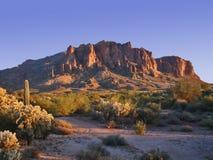 Montaña de la superstición en la puesta del sol foto de archivo