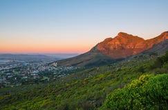 Montaña de la tabla en la puesta del sol, Cape Town, Suráfrica fotos de archivo