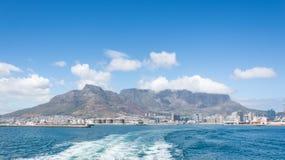 Montaña de la tabla según lo visto del barco fuera del puerto Imagenes de archivo