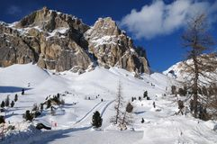 Montaña de Lagazuoi según lo visto de Passo Falzarego en el invierno, dolomías, ` Ampezzo, Belluno, Véneto, Italia de la cortina  Foto de archivo libre de regalías