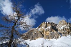 Montaña de Lagazuoi según lo visto de Passo Falzarego en el invierno, dolomías, ` Ampezzo, Belluno, Véneto, Italia de la cortina  Fotos de archivo