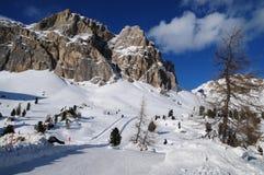 Montaña de Lagazuoi según lo visto de Passo Falzarego en el invierno, dolomías, ` Ampezzo, Belluno, Véneto, Italia de la cortina  Imagen de archivo libre de regalías