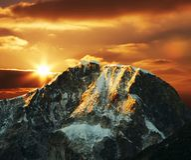 Montaña de las cordilleras en puesta del sol Foto de archivo libre de regalías