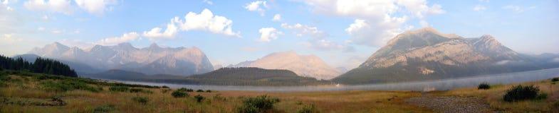 Montaña de los cielos azules panorámica Imagen de archivo libre de regalías