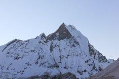 Montaña de Machapuchare con nieve en la salida del sol foto de archivo libre de regalías