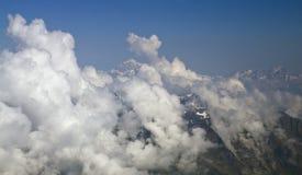 Montaña de Mont Blanc a través de las nubes imagen de archivo