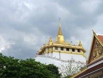 Montaña de oro debajo de la nube de lluvia Fotografía de archivo