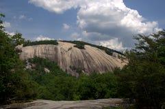 Montaña de piedra con las nubes foto de archivo libre de regalías