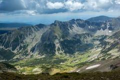 Montaña de Rila, opinión de los lagos Marichini del pico de Musala Foto de archivo