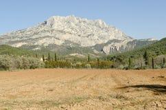 Montaña de Sainte Victoire, símbolo de Provence Imagen de archivo libre de regalías
