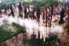Montaña de Shenxianju con la opinión de la niebla imagenes de archivo
