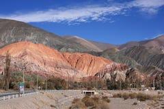 Montaña de siete colores del camino Imágenes de archivo libres de regalías