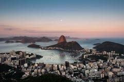 Montaña de Sugarloaf con la luna arriba, Rio de Janeiro Fotos de archivo libres de regalías