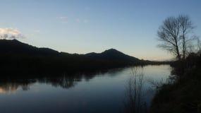 Montaña de Taupiri por el río de Waikato fotografía de archivo