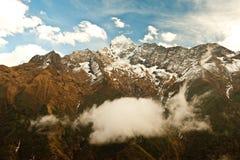 Montaña de Thamserku en valle profundo en las montañas de Himalaya Imagen de archivo libre de regalías