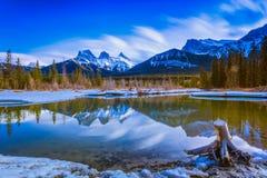 Montaña de tres hermanas en Canmore, Alberta, Canadá Foto de archivo libre de regalías