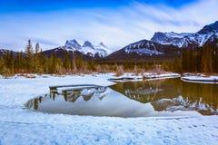 Montaña de tres hermanas en Canmore, Alberta, Canadá Fotos de archivo