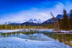 Montaña de tres hermanas en Canmore, Alberta, Canadá Imágenes de archivo libres de regalías
