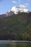 Montaña de Treviso y yate de la navegación Imagenes de archivo