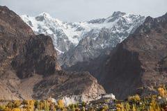 Montaña de Ultar Sar con el fuerte antiguo de Baltit Valle de Hunza, Paquistán foto de archivo