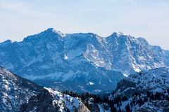 Montaña de Zugspitze masiva imagenes de archivo