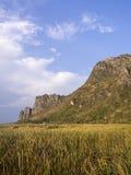 Montaña debajo del cielo azul 3 imagen de archivo libre de regalías