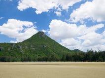Montaña debajo del cielo azul 4 imagen de archivo libre de regalías