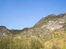Montaña debajo del cielo azul 9 foto de archivo