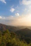 Montaña del bosque y cielo azul Imagen de archivo libre de regalías